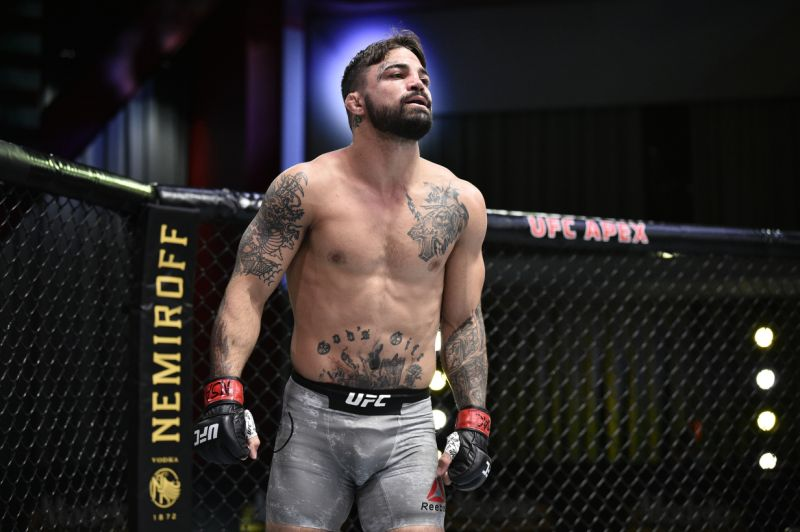 Майк Перри бросил вызов Хамзату Чимаеву, после того как Робби Лоулер выбыл из боя с ним на UFC 255