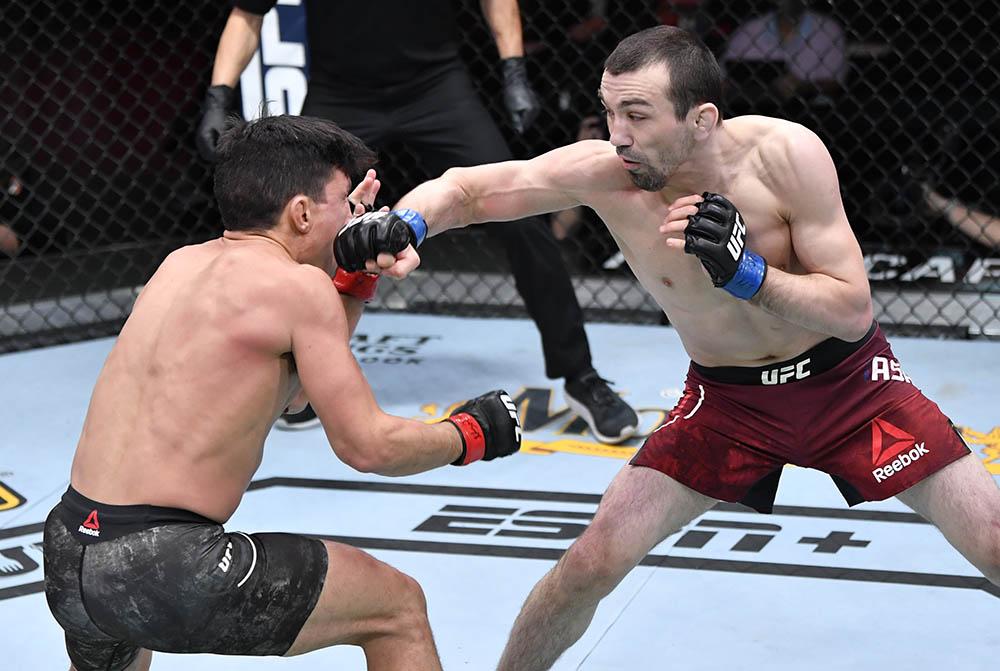 Аскар Аскаров требует титульный бой после победы над Бенавидесом на UFC 259